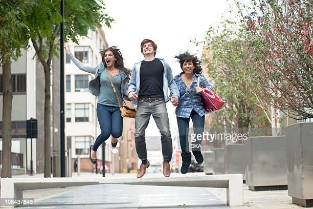 tres jóvenes salto en la calle - 22 jump street fotografías e imágenes de stock