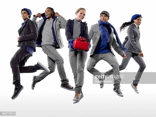 Junge Menschen jumping