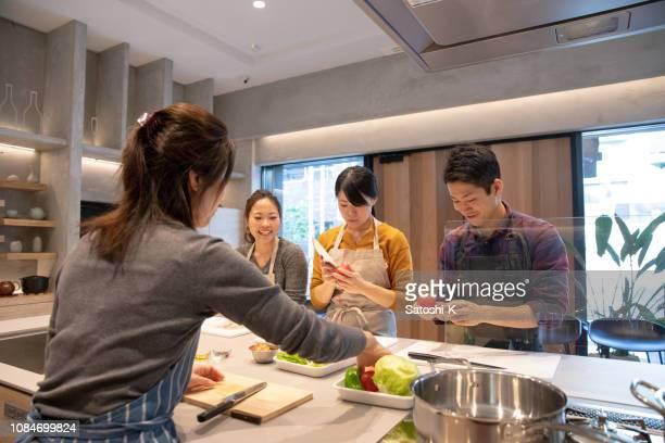 若い人は料理学校で料理を学習 - 料理 ストックフォトと画像