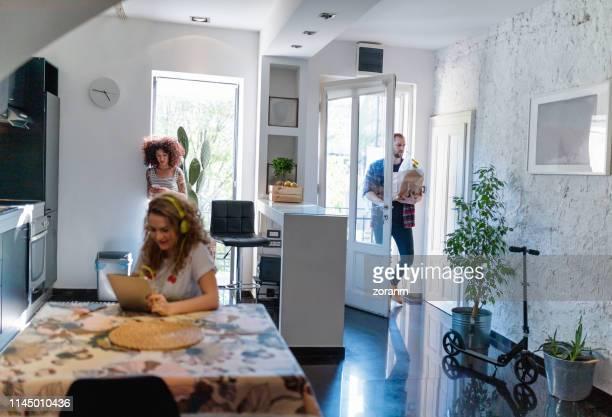 Los jóvenes que viven juntos y trabajan en dispositivos portátiles
