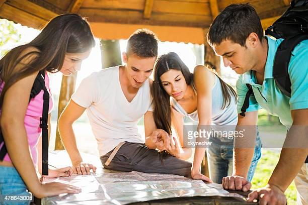 Junge Menschen, die auf der Karte.