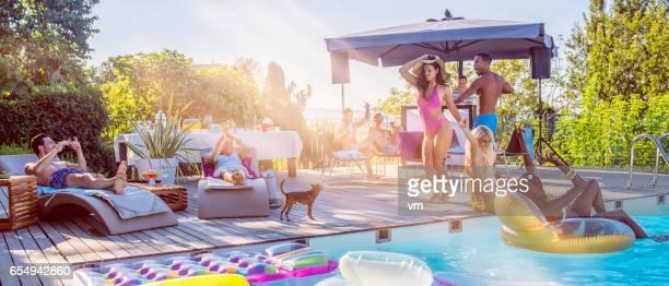 プール パーティーの若者 - スポーツ施設 ストックフォトと画像