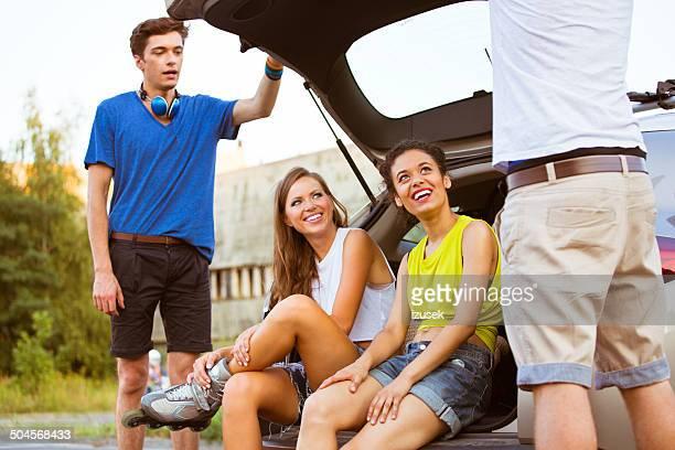 jóvenes en rollerblades - izusek fotografías e imágenes de stock