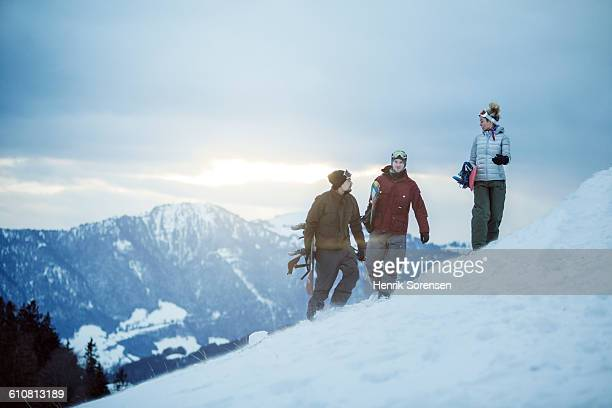3 young people on winter holiday - スキー旅行 ストックフォトと画像