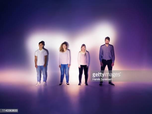 4 young people - zij aan zij stockfoto's en -beelden