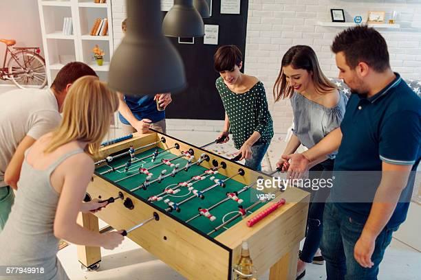 Gente joven jugando al fútbol.