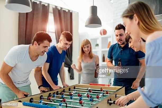 Jeunes gens jouer au baby-foot.