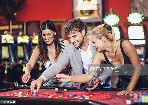 Junge Menschen spielen roulette im casino