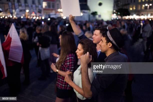 junge menschen protestieren - demokratie stock-fotos und bilder