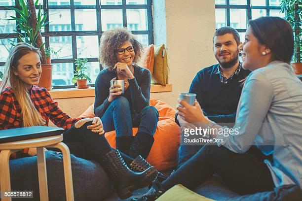 Junge Menschen entspannen und unterhalten