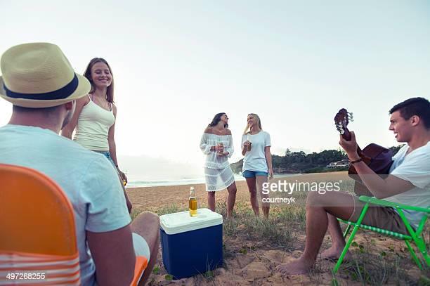 若い人々、ビーチでのリラックス