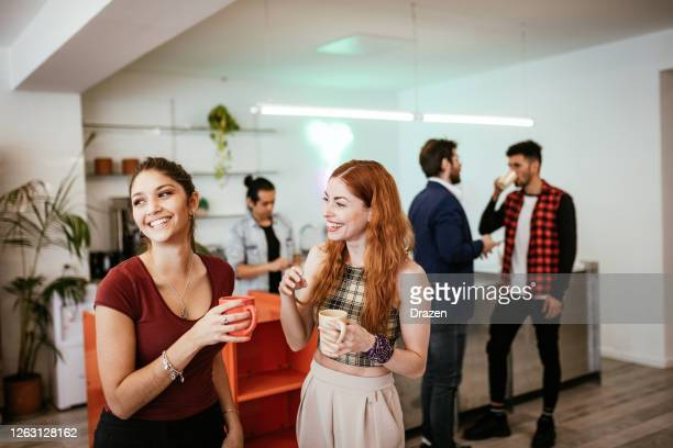 junge menschen treffen sich nach sperrung wieder im café - mittelgroße personengruppe stock-fotos und bilder