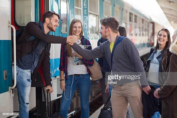 Junge Menschen sagen Goodby auf einem Bahnhof
