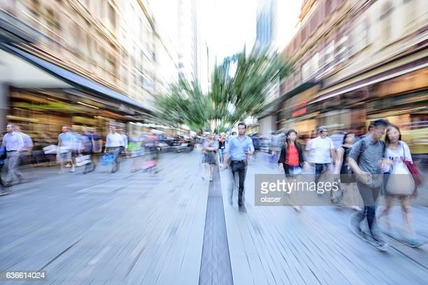 Junge Leute Einkaufsstraße, zoom und Bewegungsunschärfe