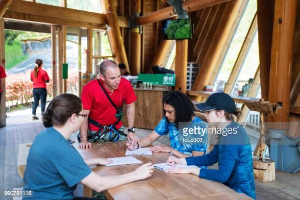 Jovens, assinar documentos de renúncia em um parque de aventura