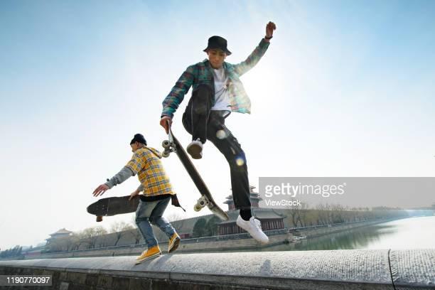 young people skateboarding - 中国北東部 ストックフォトと画像