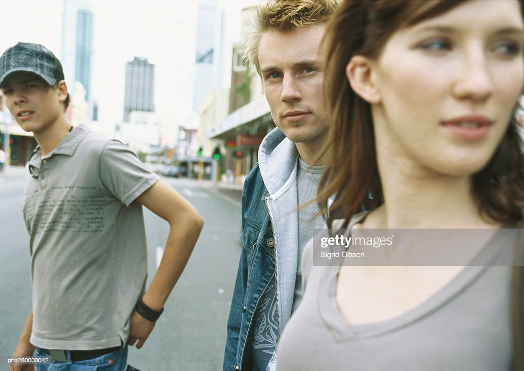 Young people standing in street : Stockfoto