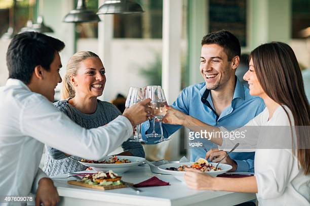 Jeunes un toast au Restaurant.