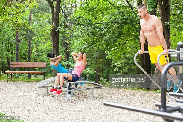 Jeunes gens dans le parc de