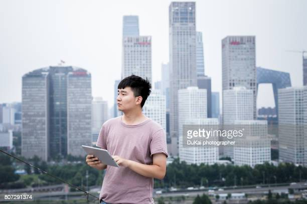 young people use tablet computers - short sleeved stock pictures, royalty-free photos & images