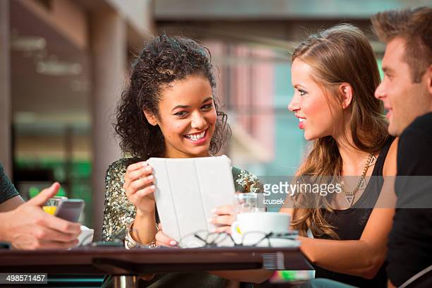 joven usando tableta digital - izusek fotografías e imágenes de stock