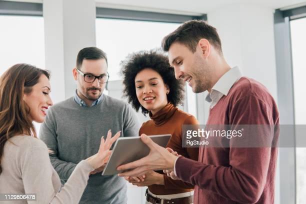 jovens usando tablet no escritório - terceirização - fotografias e filmes do acervo
