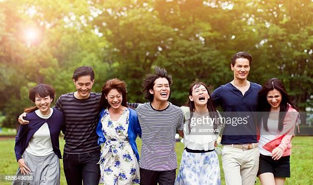 Jeunes personnes marchant dans le parc de Tokyo.