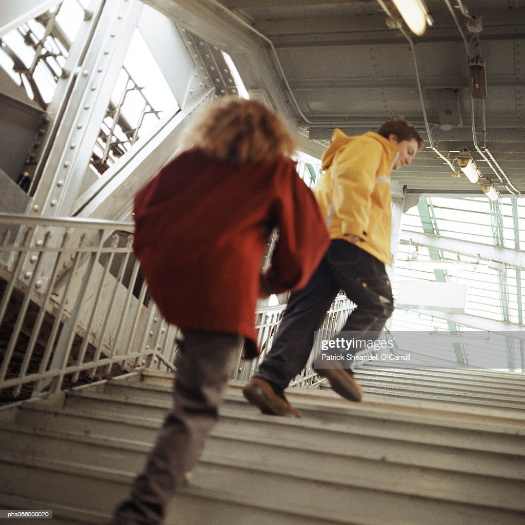 Young people walking up stairs in elevated subway station : Stockfoto