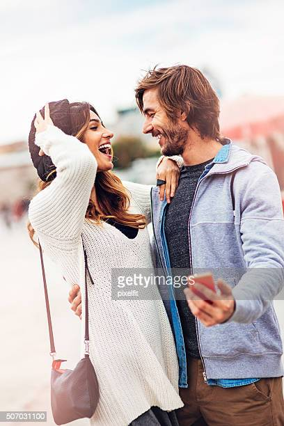 Jeunes avec téléphone avoir bon moment en plein air