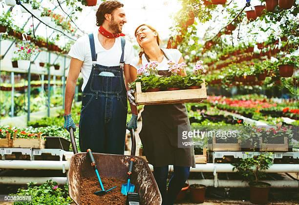 Junge Menschen arbeiten im Plant Nursery
