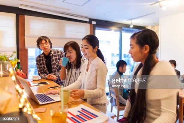 カフェで働く若者たち