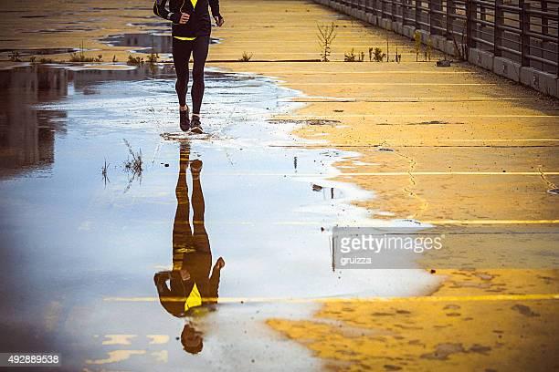 Junge Menschen laufen über die yellow Parkplatz