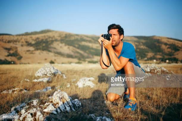 Junge Fotografen genießen einen schönen Blick in die Natur