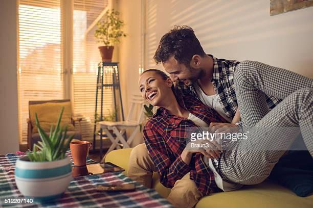 junge verspielte paar spaß haben zusammen im wohnzimmer. - kitzeln stock-fotos und bilder