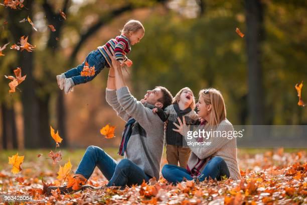 Junge verspielte Familie Spaß im Herbst Tag im Park.