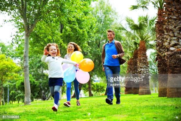 Junge verspielte Familie Spaß im park