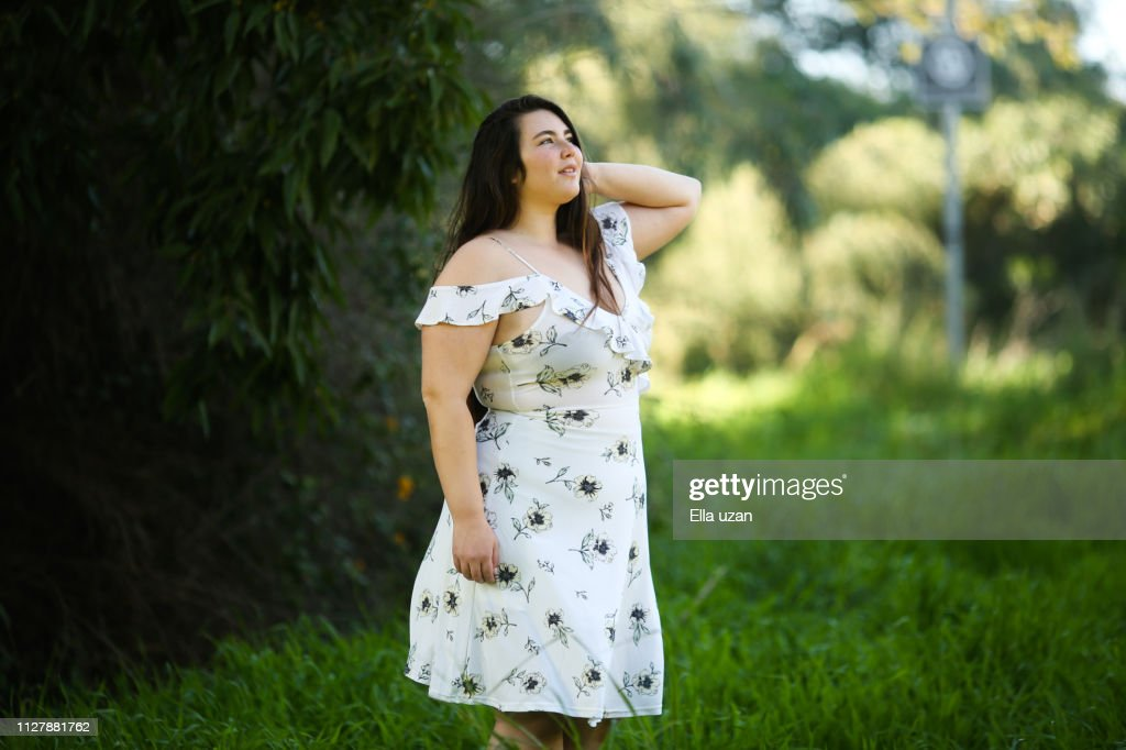 Young Plus size woman in the nature looking at the sky : Stock-Foto
