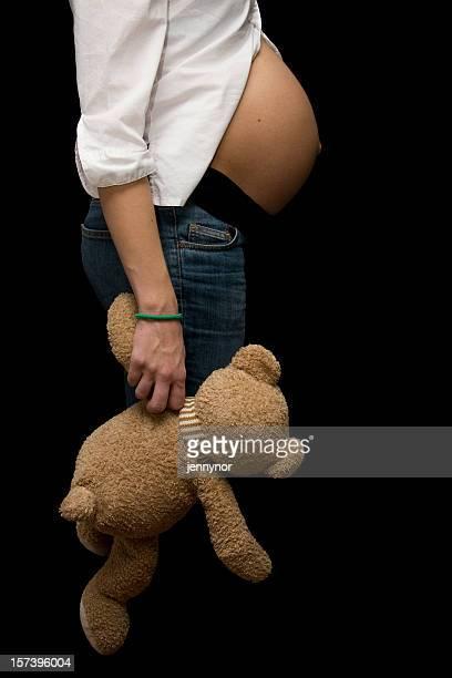 junge schwangere frau hält eine teddybär - intimbereich frau stock-fotos und bilder