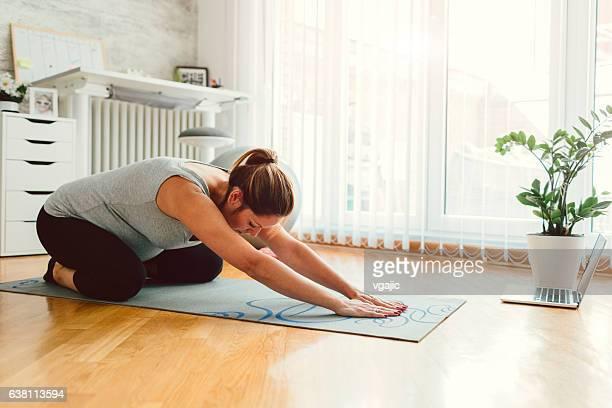 Jeune femme enceinte de l'exercice à son domicile