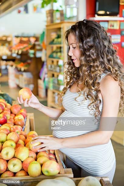 Junge schwangere Frau im Supermarkt