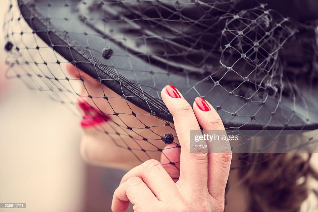 セクシーな女性は若くきれいでブラックドレスの屋外 : ストックフォト