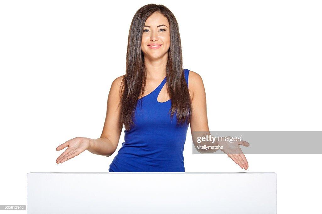 Joven hermosa mujer echar un vistazo a cabo desde detrás de la pared : Foto de stock