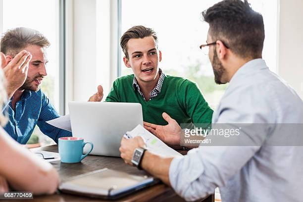 young professionals arguing in office - konflikt stock-fotos und bilder