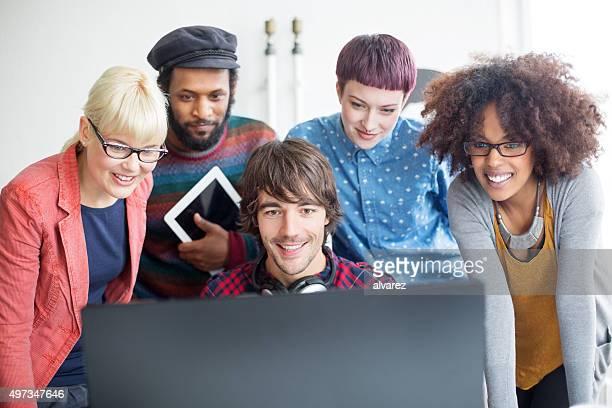 jovens profissionais a trabalhar no arranque - fundador imagens e fotografias de stock
