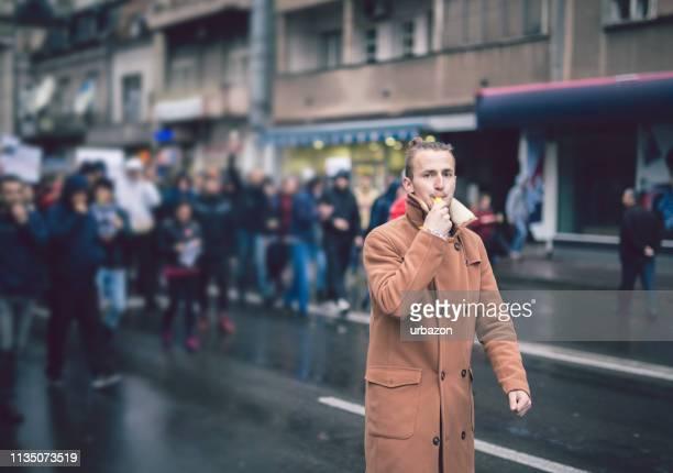 junge protestler - demokratie stock-fotos und bilder