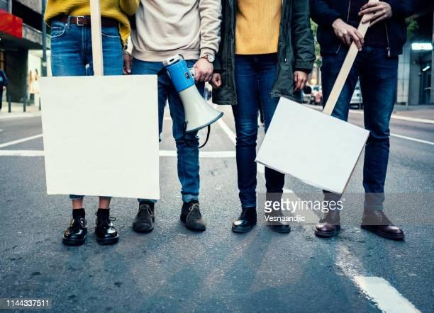 junge demonstranten - politische versammlung stock-fotos und bilder