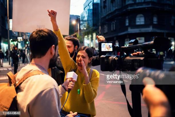 junge demonstranten - aktivist stock-fotos und bilder