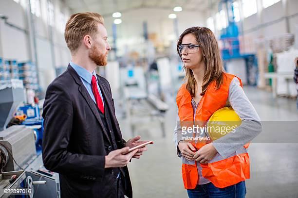 Junge Qualität Kontrollinspektoren Check-production line