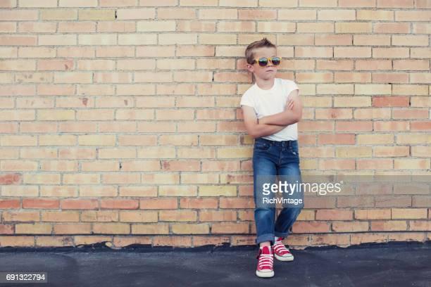 jonge rebelse jongen 50s style - cool stockfoto's en -beelden