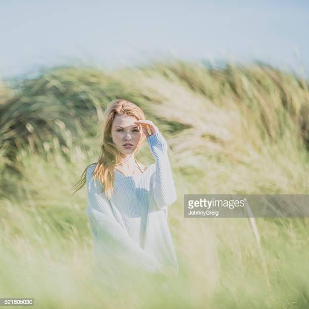 Junge rote langhaarigem Frau in den Dünen
